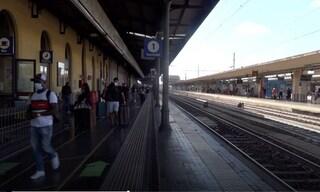 Bologna, flop della protesta contro il Green Pass alla stazione: solo una decina di manifestanti
