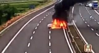 Assalto al tir sull'autostrada A16, auto incendiate ma il mezzo era vuoto: banditi in fuga