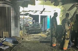 Tesla sbanda, prende il volo ed entra a folle velocità nell'abitazione: due morti e casa distrutta