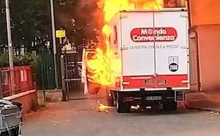 Camion di Mondo convenienza a fuoco durante trasporto, colonna di fumo a Firenze