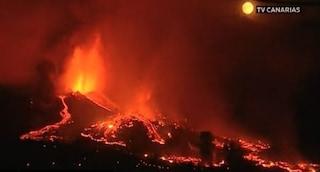 Inferno di fuoco alle Canarie, erutta il vulcano Cumbre Vieja: la lava distrugge centinaia di case