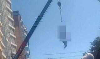 Orrore in Afghanistan, i talebani impiccano cadavere alla gru per esporlo in pubblico come monito