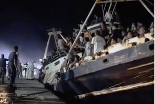 """Lampedusa, oltre 700 migranti sbarcano nella notte: """"Dietro c'è la criminalità organizzata"""""""