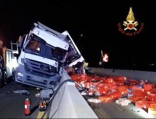 Incidente A4, camion frigo contro barriere di cemento: quintali di carne sparsi in strada