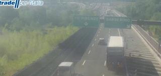Auto sbanda e si schianta contro barriera centrale in A1, un morto e 8 km di coda a Firenze