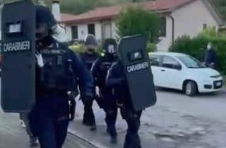 Armato si barrica in casa nel Padovano: irruzione dei reparti speciali dopo trattativa, arrestato