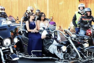 La favola di Felicity: 200 motociclisti la accompagnano al ballo, la solidarietà oltre la malattia