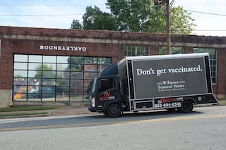 """""""Non vaccinatevi"""" sul camion delle pompe funebri, la pubblicità provocatoria per convincere i no vax"""