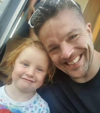 Sepolti in un'unica bara Martyn e Sophie: padre e figlia di 3 anni, uccisi nella strage di Plymouth