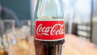 Beve una bottiglia di Coca Cola per rinfrescarsi e muore: ma è mistero in Cina