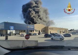 Spaventoso incendio a Sassari: due pompieri feriti e capannoni a rischio crollo