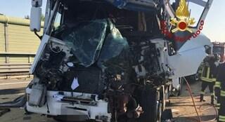 Camion contro autocarro in A4, grave il conducente. Code fino a 11 km: carreggiata coperta di cereali