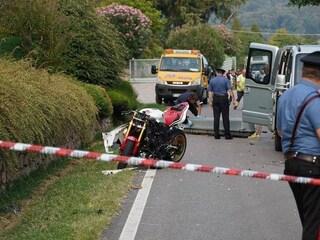 Verona, doppio impatto in Yamaha contro due auto sulla strada dei motociclisti: muore centauro 30enne