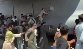 Il calciatore, il dentista e tanti giovani: chi erano i disperati aggrappati all'aereo Usa a Kabul