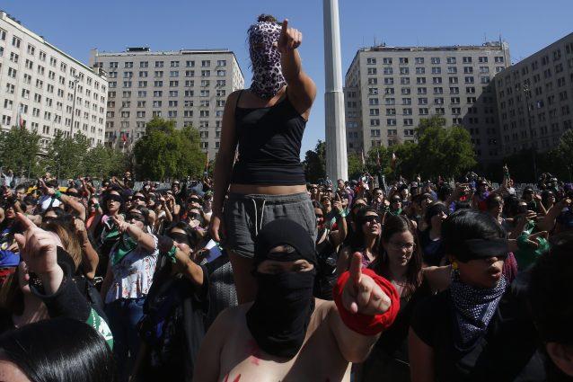 """""""Dicevano che era colpa nostra, non è così"""": centinaia di donne stanno raccontando il loro stupro"""