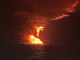 """Canarie, piramide infuocata di lava nell'oceano e gas tossici. Il governo. """"Chiudetevi in casa"""""""