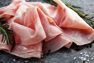 Vaschette di prosciutto cotto contaminato da Listeria: maxi richiamo alimentare in Francia