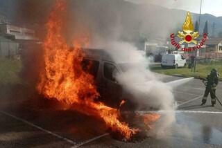 Treviso, pulmino si incendia il primo giorno di scuola: fiamme alte, il mezzo distrutto