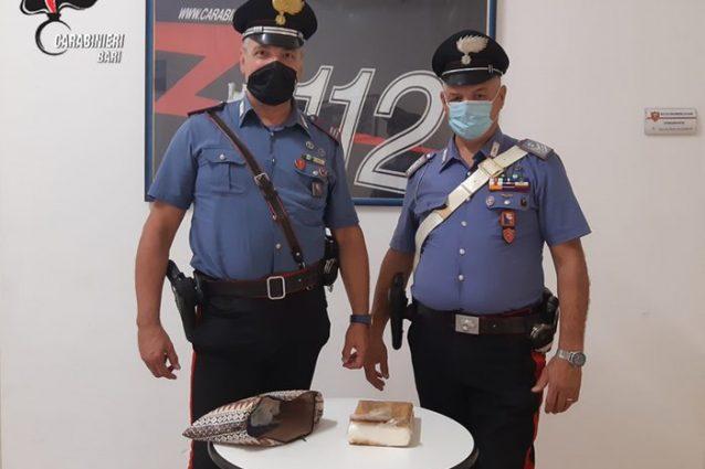 Bari, si schianta con la moto e non vuole separarsi da una sacca: dentro 1 chilo di droga, arrestato