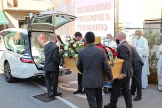 Funerali Chiara Ugolini, migliaia di persone per l'ultimo saluto e maxischermi per seguire la messa