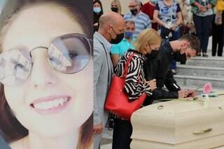 Alessandra Zorzin, folla al funerale: per lei messaggi di addio scritti con i pennarelli sulla bara