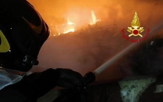 """Cagliari, l'incendio nell'ex baraccopoli è di natura dolosa: """"Ora pericolo diossina nell'aria"""""""