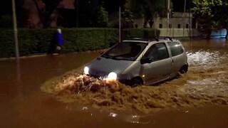 Maltempo oggi a Palermo, pioggia e allagamenti a Partanna-Mondello: le immagini delle auto intrappolate nel fango