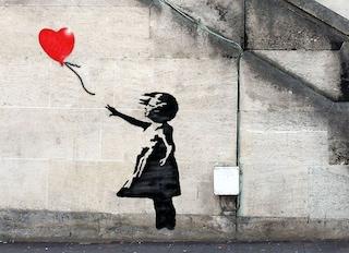 La bambina con palloncino di Banksy all'asta: nel 2018 fu distrutta dall'artista con un tritacarte