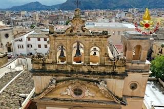 Maltempo Palermo, fulmine colpisce chiesa: crolla parte del timpano, danneggiate le auto in piazza