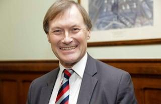 Chi era David Amess,il deputato inglese antiabortista e animalista assassinato in una chiesa