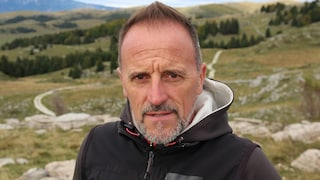 Fulvio Valbusa, l'ex campione olimpico ora parla ai lupi: tre si avvicinano durante l'intervista