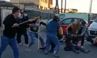 Prato, operai abbigliamento Dreamland in sciopero massacrati con mazze da baseball davanti alla polizia