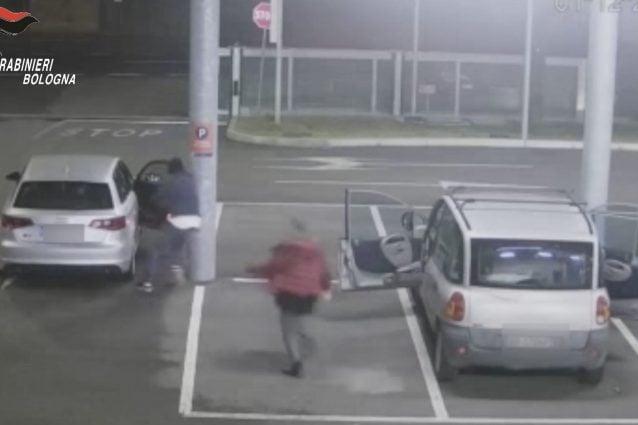 """Furti """"lampo"""" nelle auto in sosta, così la banda di ladri terrorizzava donne e anziani a Bologna"""