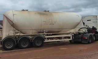 Inghilterra senza benzina, tir seguito per chilometri da decine di auto ma era pieno di cemento