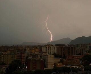 Maltempo oggi Sicilia, bomba d'acqua su Palermo: strade allagate, dirottati voli su Catania per pioggia