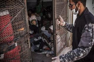 Libia, migliaia di migranti nei centri di detenzione a Tripoli: vittime di violenze fisiche e sessuali