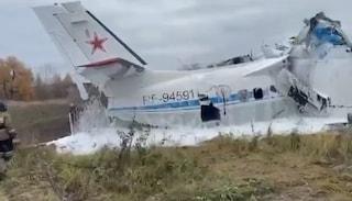 Incidente in Russia, aereo con a bordo paracadutisti precipita al suolo: almeno 16 morti