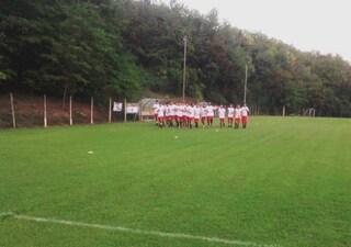 """Da spalti insulti razzisti al calciatore, compagni escono dal campo: """"Non ci importa della squalifica"""""""