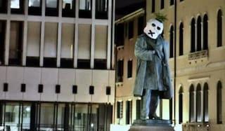 Statue coperte con maschere a forma di teschio in molte città italiane: cosa sta succedendo
