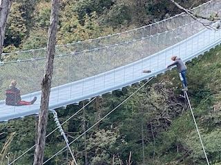 Cortina, carabiniere donna salva madre di tre figli: era sospesa nel vuoto su un ponte tibetano