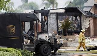 Aereo da turismo si schianta sul centro abitato in Usa: 2 morti, case distrutte e veicoli in fiamme