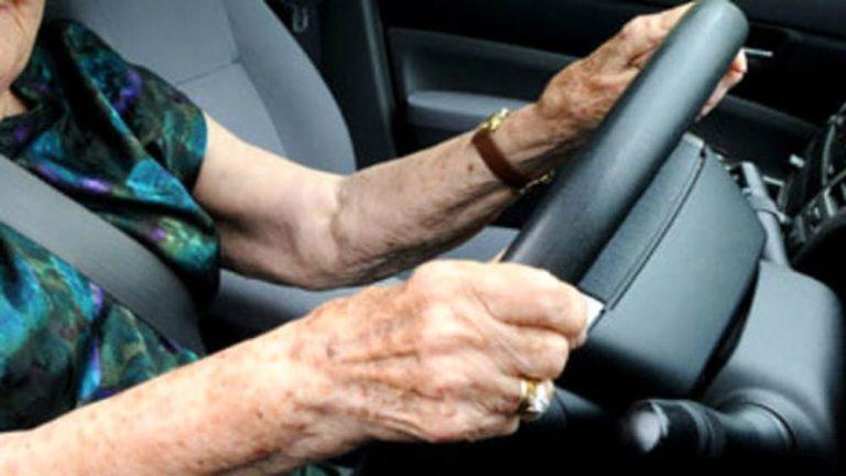 La Spezia. Dopo aver fatto cinque incidenti in 3 mesi, investe una donna e scappa: 93enne nei guai
