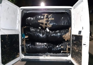 Sorpreso a scaricare oltre 600 kg di scarti tessili in un cassonetto: denunciato dai carabinieri
