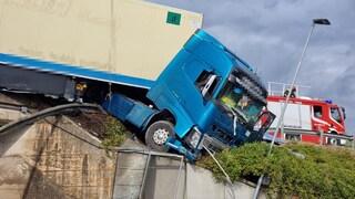 Perugia, incidente in E45: camion rimane in equilibrio sulla scarpata per miracolo