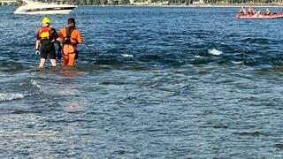 Si tuffa dalla barca per fare il bagno e non torna più a bordo: 16enne annega all'Isola d'Elba