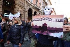 No green pass, insulti a Liliana Segre alla manifestazione di Bologna