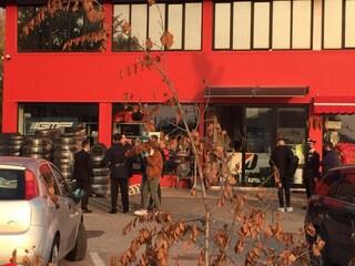 Reggio Emilia, 29enne ucciso a colpi di pistola dentro l'officina di un gommista: fermato il titolare