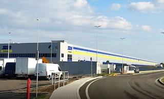 Schiacciato tra tir e paratia di carico merci, operaio di 22 anni muore in magazzino Sda a Bologna