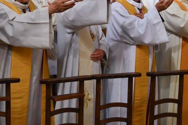 """Pedofilia nella Chiesa di Francia, dossier svela: """"Migliaia di preti pedofili dal 1950 a oggi"""""""