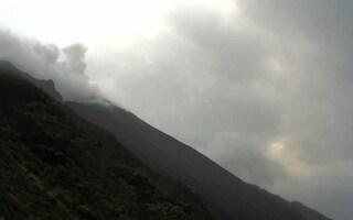 Stromboli, forte esplosione e materiale lavico fino alla costa